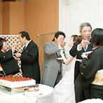 ホテル リガーレ春日野:茶色をベースに秋らしく飾った披露宴。両親のためにケーキを用意し、3カップルで仲良くファーストバイト