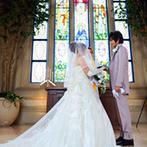 ザ・グランドティアラ Senju(エルカミーノリアル大聖堂):ステンドグラスからの眩い光、生演奏に包まれての感動挙式。プールから次々と浮かぶバルーンも楽しい光景に