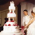 京都ホテルオークラ:「ゴージャスな結婚式」というふたりのイメージが実現!高い天井に映える演出を、100名のゲストが楽しんだ