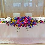 マリエール豊橋:貸切空間を活かし、真っ白な空間に映えるビビッドカラーの装花やウェルカムアイテムでオリジナリティを発揮