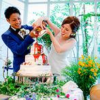 アビー・ラ・トゥール教会(ウエディング セントラル パーク):ふたりがソースをかけてケーキが完成!高砂ソファでゲストと交流し、ラストも明るく「One more cheers」