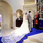 アニヴェルセル 長野:純白のドレスが映えるブルーのバージンロードが印象的な大聖堂。アフターセレモニーも開放感たっぷり!