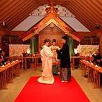 ホテル メルパルク長野:石畳の参道が導く大社造りの「竹陽殿」で厳かな神前式。光が降り注ぐアトリウムの大階段で折鶴シャワーも