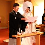 ホテルグランヴィア京都:伏見稲荷大社のご祭神を祀る神殿で、厳粛に執り行われた挙式。紋付袴と白無垢の出で立ちが参列者に喜ばれた