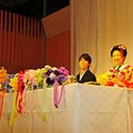 ホテルグランヴィア京都:ウエルカムボードや装花、キャンドルもカラフルな虹色で。7色のリボンを結んだブーケで幸せのおすそわけも