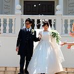 ア・ラ・モード パレ&ザ・リゾート:白亜の大聖堂で夫婦としての新たな決意を固めた。青空の下では、フラワーシャワーやオリジナルトスも
