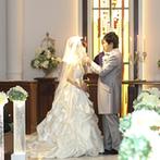 宝塚ホテル:ふたりの未来のように眩い光に照らされる神聖な誓い。式後は紅じゅうたんの階段で、全員の集合写真も