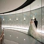 LUCIS(ルーキス):珍しい円形のチャペルで誓った永遠の愛…。ガラス越しに登場する新婦と父の姿に、場内の感動が高まった