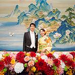 明治神宮・明治記念館:高砂のふたりを引き立てる、雄大な綴錦織&クラシカルな装花。明治時代のモダンを再現したような衣裳も好評