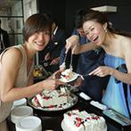 Wグランラセーレ:デザートビュッフェではゲストにケーキを直接サーブ。大迫力のスクリーンも、ハイライトシーンを引き立てた