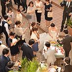 アートホテル上越:フラワーの代わりにリボンシャワーで祝福を受けた。挙式後は中庭でドリンクをふるまいゲストと触れ合った