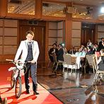 アートホテル上越:愛用の自転車を使ったサプライズの登場シーン&オリジナルの誓いの言葉にゲストが沸く、楽しい人前式