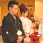 ホテルコンコルド浜松:かやぶき屋根がある本格神殿に、厳かに響く雅楽の音色。井伊谷宮の宮司のもと、憧れの色打掛で誓いを立てた