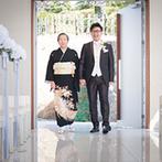GAMAGORI CLASSIC HOTEL(蒲郡クラシックホテル):祭壇の先は三河湾に浮かぶ竹島。自然に抱かれたチャペルでゲストからの祝福を受け、家族の絆を深めた教会式