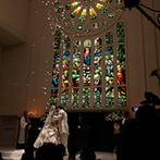 ローズガーデン/ロイヤルグレース大聖堂:大迫力のステンドグラスのきらめきにゲストも感動!大階段では、青空のもとアフターセレモニーの祝福も