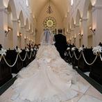 ローズガーデン/ロイヤルグレース大聖堂:憧れの大聖堂で執り行われた挙式で、感謝の気持ちを両親へ。大空の下、大階段でのアフターセレモニーも満喫