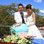 迎賓館 サクラヒルズ川上別荘:ふたりの趣味にちなんだオリジナルケーキはインパクト大!リバーサイドテラスでの入刀は青空の下で開放的に