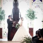 迎賓館 サクラヒルズ川上別荘:英国製の歴史あるステンドグラスと、あふれる緑も祝福。ふたりが出逢った場所で、永遠の記憶を刻む結婚式を
