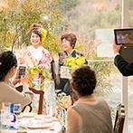 迎賓館 サクラヒルズ川上別荘:大好きなミモザをアレンジした和装で、母親と一緒にガーデンから再入場。両親からのメッセージ映像にも感動