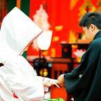 富士屋ホテル・別館 旧御用邸『菊華荘』:1200年以上の歴史を誇る箱根神社での挙式。憧れの白無垢姿で臨んだ厳かな儀式に、感動もひとしお