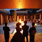 BELLE THE CLASS(ベル・ザ・クラス):ナイトウエディングの幻想的なムードを満喫。披露宴後はプールサイドで噴水と炎のパフォーマンスを楽しんだ