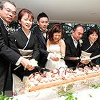 ST. MARGARET WEDDING(セント・マーガレット ウエディング):両親と共に長いロールケーキに入刀。両家の絆を深める温かい演出で、会場にたくさんの笑顔がこぼれた