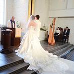 ウエディングヒルズ アジュール:花嫁の生い立ちムービーの上映で感動を誘ったセレモニー。厳かな式から一転、青空の下、大階段での演出も
