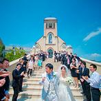 ウエディングヒルズ アジュール:厳かな大聖堂で、心温まる感動挙式。新婦憧れの大階段でのフラワーシャワーは、映画のワンシーンのよう