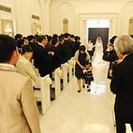ヒルサイドクラブ迎賓館 八王子:愛を誓うのに相応しい純白のチャペルでは、ゲストを身近に感じる温かなシーンに。アフターセレモニーも満喫