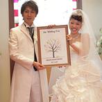 eglise de 葉山庵(エグリーズ ドゥ はやまあん):ゲストみんなの拇印で完成するウエディングツリーが誓約の証。木のぬくもり溢れるチャペルでの人前式