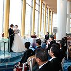 サンルートプラザ東京:白と青を基調とし、大きな窓が広がるロビーで開放的な人前式。クリアシャワーやバルーンシャワーも満喫