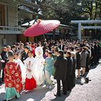 乃木神社・乃木會館:澄み渡る青空の下で、雅楽の演奏に導かれて本殿へ。光に包まれた開放的な神社で、契りを交わして夫婦に