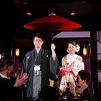 乃木神社・乃木會館:スポットライトに照らされる中、ふたりが華やかに登場。おみくじとフォトラウンドで、ゲストを楽しませた!