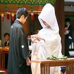 乃木神社・乃木會館:友人に見守られながら親族と参進の儀で本殿へと歩みを進めた。日本伝統の厳かな挙式に身も心も引き締まった