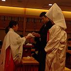 京王プラザホテル八王子:西東京エリア最大級の規模を誇る神殿での挙式。緊張感に包まれる中、夫婦になる喜びをしっかりとかみしめた