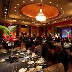 ホテル ザ・マンハッタン:格調高いパーティ会場で、南国風をテーマにコーディネート。振る舞われた美味しい料理にゲストも大満足