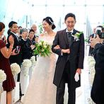 west53rd日本閣(ウエスト フィフティサード):花嫁姿が一層輝く最上階のチャペルで、家族の愛に包まれた。青空の下のセレモニーでは、フラワーシャワーも