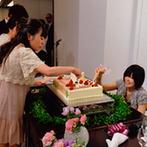 Lumiamore(ルミアモーレ):披露宴のテーマは「ゲスト参加型」。ケーキの飾り付けやサプライズなど、海の風景を背に同じ思い出を刻んだ