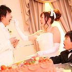 ロザンジュイア 広尾迎賓館:身近な人達と楽しむ、一軒家貸切スタイルの披露宴。ケーキ入刀では、新婦&愛息から新郎へのサプライズが!