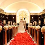 アーカンジェル迎賓館 宇都宮:ブラウンが基調のチャペルで、親子の絆を深める挙式。真っ赤な花びらの上を歩む純白の花嫁は幻想的な美しさ