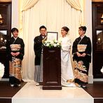 アーカンジェル迎賓館 宇都宮:ダークブラウンと白が温かく調和するチャペルに白無垢の花嫁が登場。和も洋も映える空間で家族の絆を深めた