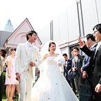 ホテル阪急インターナショナル:豊かな緑に囲まれたチャペルで神聖な誓い。眩しい笑顔と祝福のシャワーをあびて、あふれる幸せを実感