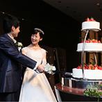 ホテルメトロポリタン エドモント:ケーキカットがゲストのシャッターチャンスに。新郎からのサプライズプロポーズに、新婦は思わず感激!