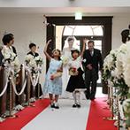 ホテルサンライフガーデン/グランドビクトリア湘南:90名のゲストもしっかり誓いを見守れる2階席まで備えた大空間。フラワーガールの祝福の中で華やかに入場
