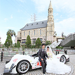 ホテルサンライフガーデン/グランドビクトリア湘南:レーシングカーと一緒に特別な想い出をきり取った。シャンデリアが輝く上質な空間でゲストをおもてなし