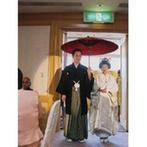 ヒルトン成田:長持唄を歌う、番傘をさしての登場。盃の水を飲みほす大杯の儀など、日本の祝宴のしきたりを取り入れて