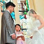 マリエール太田:人前式ならではの笑顔があふれるふたりらしい誓いに。最愛の娘が、夫婦の証であるリングを届けてくれた