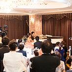 ホテルグランドパレス:ピアノ講師の新婦と、ピアノが趣味の新郎による連弾を披露!楽しい音楽に彩られたアットホームなパーティに