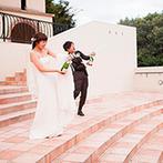 VILLAS DES MARIAGES 宇都宮(ヴィラ・デ・マリアージュ 宇都宮):ふたりによるシャンパンオープンがパーティのはじまりの合図。心地よい夏の空に「乾杯!」の声が響き渡った
