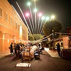 VILLAS DES MARIAGES 宇都宮(ヴィラ・デ・マリアージュ 宇都宮):歓談中心のパーティでは、司会者とカメラマンが盛り上げ役に。全員でのカウントダウン後、夜空に花火が!